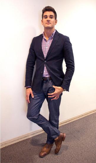 dunkelblaues Sakko, mehrfarbiges Langarmhemd mit Vichy-Muster, dunkelblaue Jeans, braune Leder Brogues für Herren