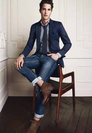 dunkelblaues Sakko, weißes vertikal gestreiftes Langarmhemd, dunkelblaue Jeans, dunkelbraune Chukka-Stiefel aus Wildleder für Herren