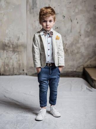 Wie kombinieren: graues Sakko, hellblaues Langarmhemd, dunkelblaue Jeans, weiße Turnschuhe
