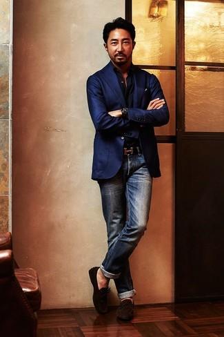 Wie kombinieren: dunkelblaues vertikal gestreiftes Sakko, schwarzes Langarmhemd, dunkelblaue Jeans, dunkelbraune Wildleder Mokassins
