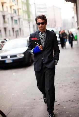 Wie kombinieren: schwarzes Sakko, weißes und schwarzes Langarmhemd mit Leopardenmuster, schwarze Kordjeans, schwarze Leder Derby Schuhe