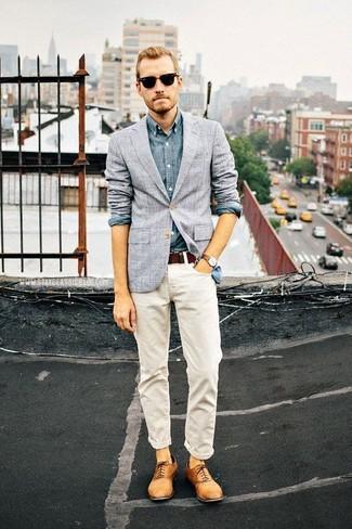 Wie kombinieren: graues Sakko mit Karomuster, blaues Chambray Langarmhemd, weiße Jeans, beige Leder Oxford Schuhe