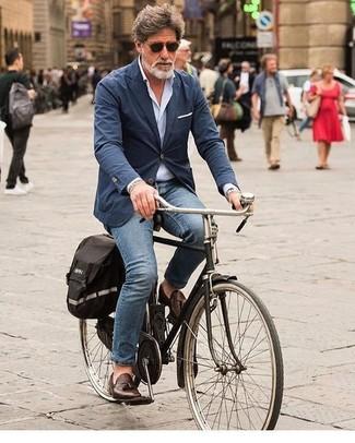 Wie kombinieren: dunkelblaues Baumwollsakko, hellblaues Langarmhemd, blaue Jeans, dunkelbraune Leder Slipper mit Quasten