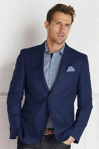 Wie kombinieren: dunkelblaues Wollsakko, graues Langarmhemd, schwarze Jeans, hellblaues gepunktetes Einstecktuch