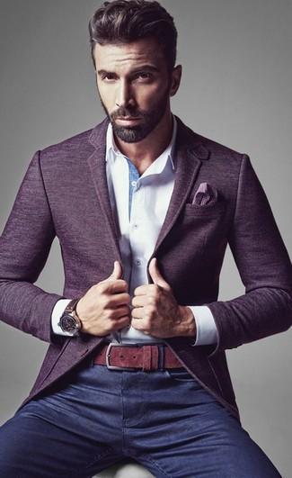 Die modische Kombination aus einem violetten Wollsakko und dunkelblauen Jeans ist perfekt für einen Tag im Büro.
