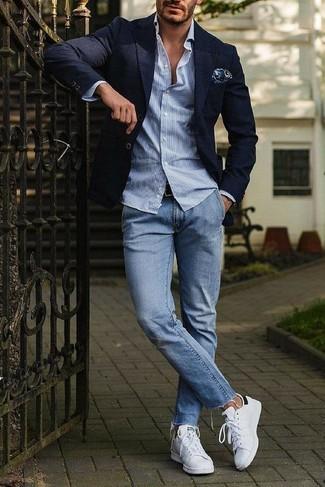 Wie kombinieren: dunkelblaues Sakko, hellblaues vertikal gestreiftes Langarmhemd, hellblaue Jeans, weiße Leder niedrige Sneakers