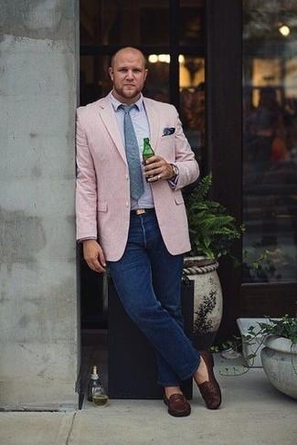 Wie kombinieren: rosa Sakko, hellblaues Langarmhemd, dunkelblaue Jeans, dunkelbraune Leder Slipper