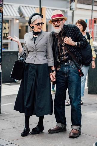 Wie kombinieren: schwarzes und weißes vertikal gestreiftes Sakko, schwarzes Langarmhemd mit Schottenmuster, dunkelblaue Jeans, braune Brogue Stiefel aus Leder