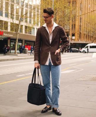 Wie kombinieren: dunkelbraunes Wollsakko, weißes Langarmhemd, hellblaue Jeans, dunkelbraune Leder Slipper