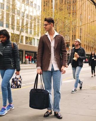 Wie kombinieren: braunes Wollsakko, weißes Leinen Langarmhemd, hellblaue Jeans, dunkelbraune Leder Slipper