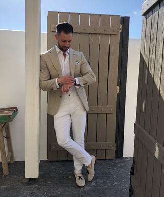 Wie kombinieren: hellbeige Sakko, weißes Langarmhemd, weiße Jeans, hellbeige Wildleder Slipper mit Quasten