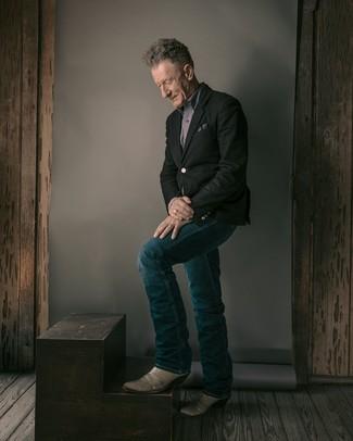 Mode für Herren ab 60: Erwägen Sie das Tragen von einem schwarzen Sakko und dunkelblauen Jeans für einen für die Arbeit geeigneten Look. Fühlen Sie sich mutig? Wählen Sie grauen Cowboystiefel aus Leder.