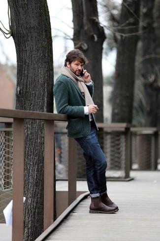 Wie kombinieren: dunkelgrünes Strick Sakko, weißes Langarmhemd, dunkelblaue Jeans, dunkelbraune Chelsea-Stiefel aus Leder