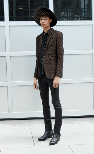 Schwarzen Schal kombinieren: trends 2020: Paaren Sie ein schwarzes und goldenes Sakko mit einem schwarzen Schal für einen entspannten Wochenend-Look. Schwarze Cowboystiefel aus Leder sind eine kluge Wahl, um dieses Outfit zu vervollständigen.