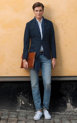 Herren Outfits & Modetrends 2020: Kombinieren Sie ein dunkelblaues Sakko mit hellblauen Jeans für einen für die Arbeit geeigneten Look. Fühlen Sie sich ideenreich? Vervollständigen Sie Ihr Outfit mit weißen Segeltuch niedrigen Sneakers.