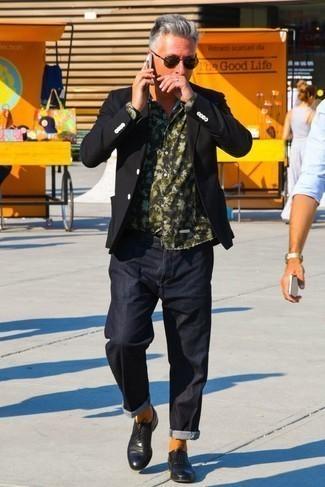 Schwarze Leder Oxford Schuhe kombinieren für Sommer: trends 2020: Entscheiden Sie sich für ein schwarzes Sakko und dunkelblauen Jeans für Drinks nach der Arbeit. Fühlen Sie sich ideenreich? Komplettieren Sie Ihr Outfit mit schwarzen Leder Oxford Schuhen. Schon ergibt sich ein trendiger Sommer-Look.
