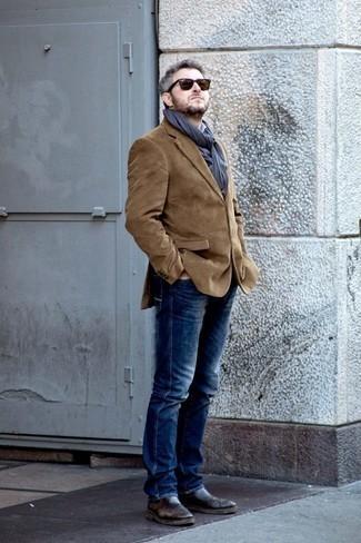 Dunkelgrauen Schal kombinieren: trends 2020: Halten Sie Ihr Outfit locker mit einem braunen Cordsakko und einem dunkelgrauen Schal. Machen Sie Ihr Outfit mit dunkelbraunen Chelsea Boots aus Leder eleganter.