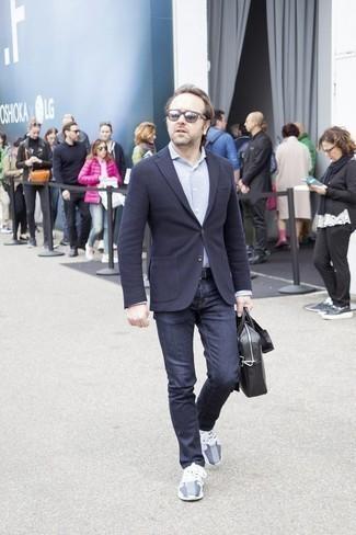 Dunkelblaues Wollsakko kombinieren: trends 2020: Entscheiden Sie sich für ein dunkelblaues Wollsakko und dunkelblauen Jeans für Ihren Bürojob. Suchen Sie nach leichtem Schuhwerk? Vervollständigen Sie Ihr Outfit mit grauen Sportschuhen für den Tag.