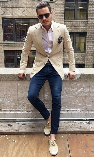 Schwarzes und weißes gepunktetes Einstecktuch kombinieren: trends 2020: Entscheiden Sie sich für ein hellbeige Sakko und ein schwarzes und weißes gepunktetes Einstecktuch für einen entspannten Wochenend-Look. Hellbeige Segeltuch niedrige Sneakers bringen Eleganz zu einem ansonsten schlichten Look.