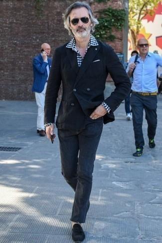 Jeans kombinieren: trends 2020: Die Paarung aus einem schwarzen Sakko und Jeans ist eine perfekte Wahl für einen Tag im Büro. Heben Sie dieses Ensemble mit schwarzen Wildleder Slippern mit Quasten hervor.