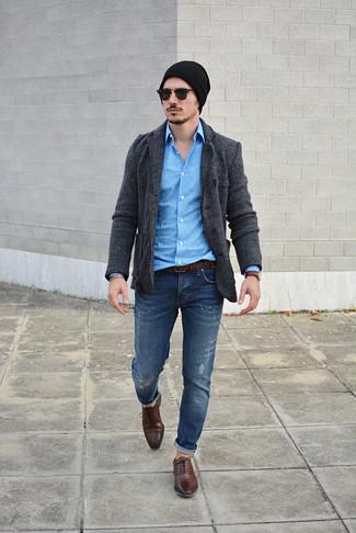 Wie kombinieren: dunkelgraues Strick Sakko, blaues bedrucktes Langarmhemd, dunkelblaue Jeans mit Destroyed-Effekten, dunkelbraune Leder Oxford Schuhe