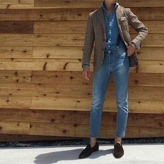 Dunkelbraune Wildleder Slipper mit Quasten kombinieren: trends 2020: Kombinieren Sie ein braunes Sakko mit Hahnentritt-Muster mit blauen Jeans, um einen lockeren, aber dennoch stylischen Look zu erhalten. Dunkelbraune Wildleder Slipper mit Quasten sind eine einfache Möglichkeit, Ihren Look aufzuwerten.