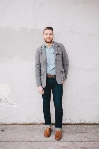 Herren Outfits & Modetrends 2020: Kombinieren Sie ein graues Sakko mit dunkelblauen Jeans, wenn Sie einen gepflegten und stylischen Look wollen. Beige Leder Brogues putzen umgehend selbst den bequemsten Look heraus.