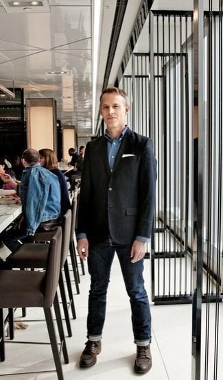 Schwarzes Sakko kombinieren: trends 2020: Erwägen Sie das Tragen von einem schwarzen Sakko und dunkelblauen Jeans, um einen modischen Freizeitlook zu kreieren. Dieses Outfit passt hervorragend zusammen mit einer dunkelbraunen Lederfreizeitstiefeln.