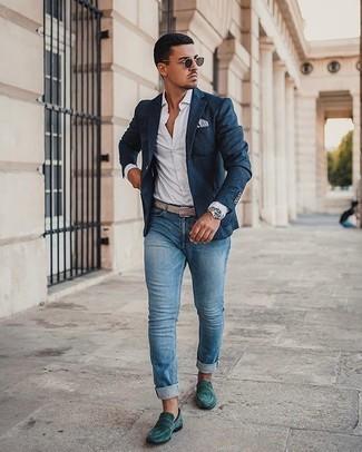 Graues bedrucktes Einstecktuch kombinieren – 32 Herren Outfits: Ein dunkelblaues Sakko und ein graues bedrucktes Einstecktuch sind eine ideale Outfit-Formel für Ihre Sammlung. Fügen Sie dunkelgrünen Wildleder Slipper für ein unmittelbares Style-Upgrade zu Ihrem Look hinzu.
