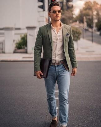 Hellblaue Jeans kombinieren – 294 Smart-Casual Herren Outfits: Entscheiden Sie sich für ein olivgrünes Sakko und hellblauen Jeans, wenn Sie einen gepflegten und stylischen Look wollen. Fühlen Sie sich ideenreich? Komplettieren Sie Ihr Outfit mit dunkelbraunen Wildleder Slippern.