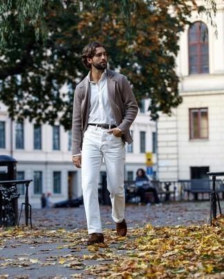 Herren Outfits 2020: Vereinigen Sie ein braunes Strick Sakko mit weißen Jeans, um mühelos alles zu meistern, was auch immer der Tag bringen mag. Fühlen Sie sich mutig? Ergänzen Sie Ihr Outfit mit braunen Wildleder Slippern.