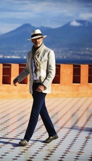 Wie kombinieren: hellbeige Baumwollsakko, weißes Langarmhemd, dunkelblaue Jeans, dunkelgraue Wildleder Slipper mit Quasten