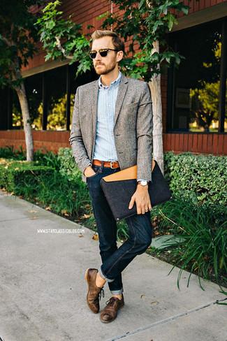graues Wollsakko, hellblaues vertikal gestreiftes Langarmhemd, dunkelblaue Jeans, dunkelbraune Leder Oxford Schuhe für Herren