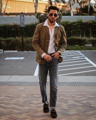 Weißes Langarmhemd kombinieren – 500+ Herren Outfits: Paaren Sie ein weißes Langarmhemd mit dunkelgrauen Jeans für ein sonntägliches Mittagessen mit Freunden. Schwarze Wildleder Slipper putzen umgehend selbst den bequemsten Look heraus.