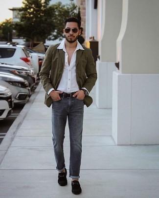 Weißes Langarmhemd kombinieren – 500+ Herren Outfits: Entscheiden Sie sich für ein weißes Langarmhemd und dunkelgrauen Jeans für ein bequemes Outfit, das außerdem gut zusammen passt. Fühlen Sie sich mutig? Wählen Sie schwarzen Wildleder Slipper.