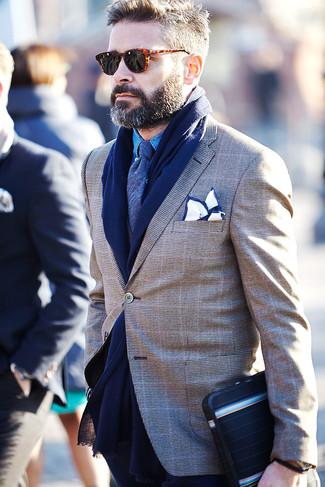 Wie kombinieren: braunes Sakko mit Schottenmuster, blaues Chambray Langarmhemd, dunkelblaue Krawatte, weißes und dunkelblaues Einstecktuch