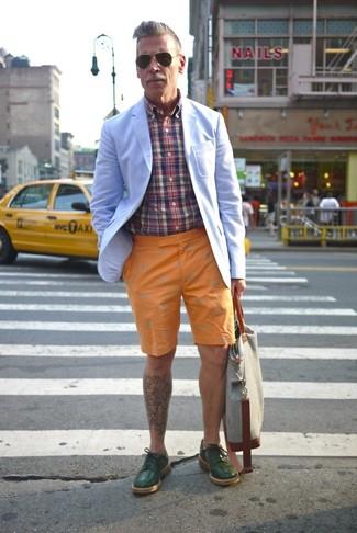Nick Wooster trägt Hellblaues Sakko, Mehrfarbiges Langarmhemd mit Schottenmuster, Orange Shorts, Dunkelgrüne Leder Derby Schuhe