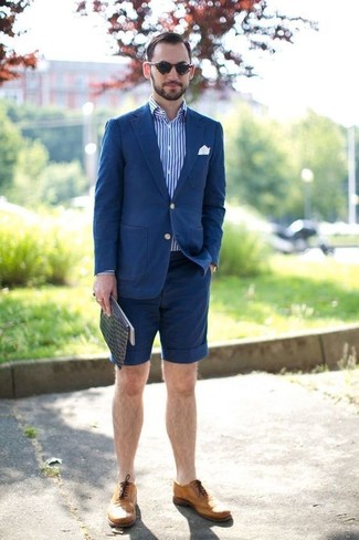 Wie kombinieren: blaues Baumwollsakko, weißes und blaues vertikal gestreiftes Langarmhemd, dunkelblaue Shorts, beige Leder Brogues