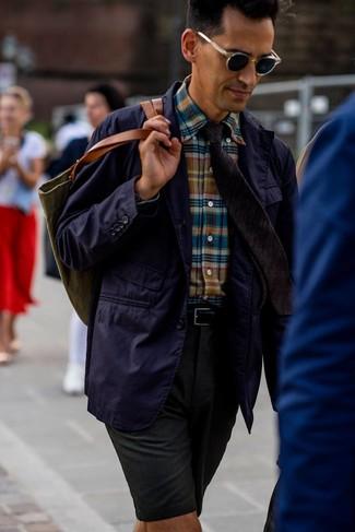 Wie kombinieren: violettes Baumwollsakko, mehrfarbiges Langarmhemd mit Schottenmuster, dunkelgrüne Shorts, olivgrüne Shopper Tasche aus Segeltuch