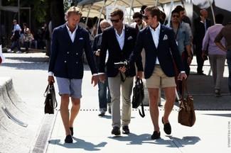 Wie kombinieren: dunkelblaues Sakko, weißes Langarmhemd, beige Shorts, dunkelblaue Wildleder Mokassins