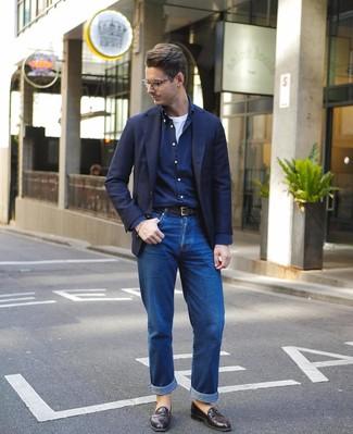 Wie kombinieren: dunkelblaues Sakko, dunkelblaues Langarmhemd, weißes T-Shirt mit einem Rundhalsausschnitt, blaue Jeans