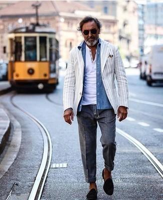 50 Jährige: Silberne Uhr kombinieren – 330 Herren Outfits: Ein weißes vertikal gestreiftes Sakko und eine silberne Uhr sind eine kluge Outfit-Formel für Ihre Sammlung. Vervollständigen Sie Ihr Outfit mit schwarzen Wildleder Slippern mit Quasten, um Ihr Modebewusstsein zu zeigen.