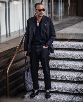 Schwarzes bedrucktes Einstecktuch kombinieren – 111 Herren Outfits: Für ein bequemes Couch-Outfit, paaren Sie ein schwarzes Sakko mit einem schwarzen bedruckten Einstecktuch. Komplettieren Sie Ihr Outfit mit schwarzen Leder Slippern, um Ihr Modebewusstsein zu zeigen.