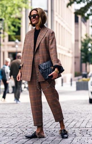 Wie kombinieren: braunes Sakko mit Schottenmuster, schwarzes Langarmshirt, braune Anzughose mit Schottenmuster, schwarze Leder Slipper