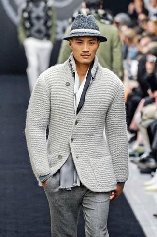 Wie kombinieren: graues Strick Wollsakko, graues Langarmshirt, graue Wollanzughose, dunkelgrauer Wollhut