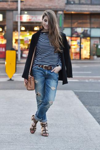Wie kombinieren: schwarzes Sakko, dunkelblaues und weißes horizontal gestreiftes Langarmshirt, blaue Boyfriend Jeans mit Destroyed-Effekten, dunkelbraune Römersandalen aus Leder