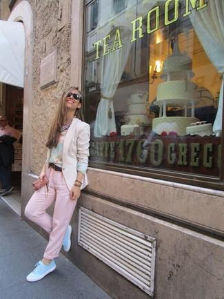Beige Sakko kombinieren – 136 Damen Outfits: Um einen schönen Alltags-Look zu schaffen, sind ein beige Sakko und eine rosa Chinohose ganz ideal geeignet. Fühlen Sie sich ideenreich? Vervollständigen Sie Ihr Outfit mit hellblauen niedrigen Sneakers.