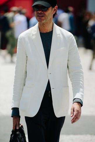 Wie kombinieren: weißes Sakko, dunkelblaues Langarmshirt, schwarze Cord Chinohose, schwarze Leder Aktentasche