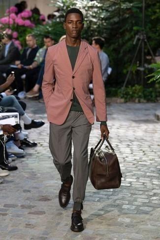 Dunkelbraune Leder Sporttasche kombinieren: trends 2020: Ein rosa Sakko und eine dunkelbraune Leder Sporttasche vermitteln eine sorglose und entspannte Atmosphäre. Machen Sie Ihr Outfit mit dunkelbraunen Leder Slippern eleganter.