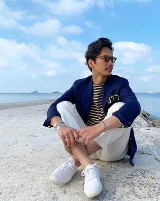 Weiße Chinohose kombinieren – 500+ Herren Outfits: Tragen Sie ein dunkelblaues Sakko und eine weiße Chinohose, wenn Sie einen gepflegten und stylischen Look wollen. Weiße Segeltuch niedrige Sneakers liefern einen wunderschönen Kontrast zu dem Rest des Looks.
